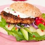 Kyllingeburger og salat